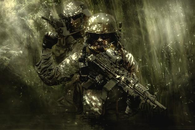 Soldati dei berretti verdi nella giungla Foto Premium