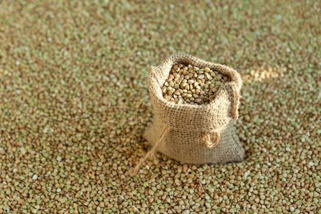 Grano saraceno verde in un sacchetto su cereali biologici Foto Premium