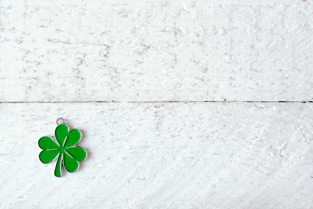 Foglia di trifoglio verde su fondo di legno bianco con lo spazio della copia Foto Premium