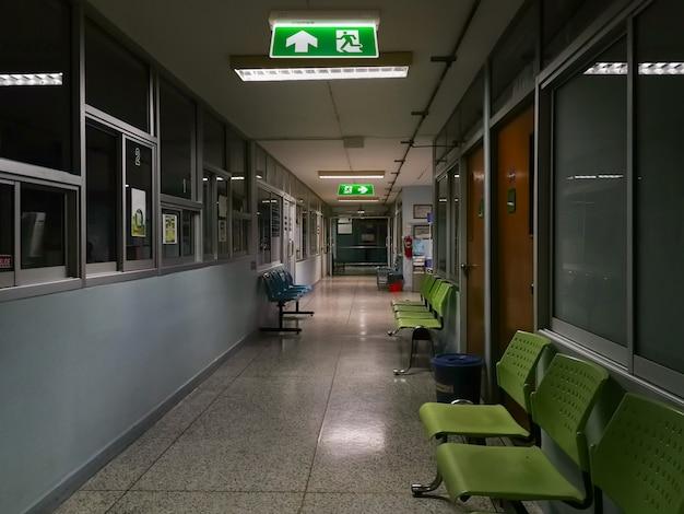 L'uscita di sicurezza verde firma dentro l'ospedale che mostra la via di fuga alla notte Foto Premium