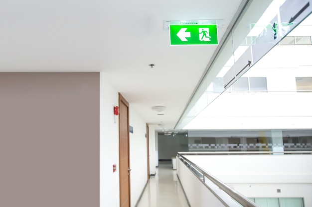 Il segno verde di emergenza antincendio sul soffitto Foto Premium