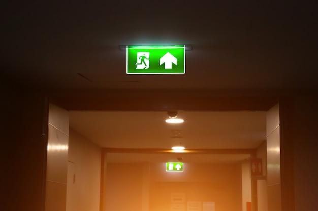 Segno verde dell'uscita di emergenza antincendio o scala antincendio con la porta. Foto Premium