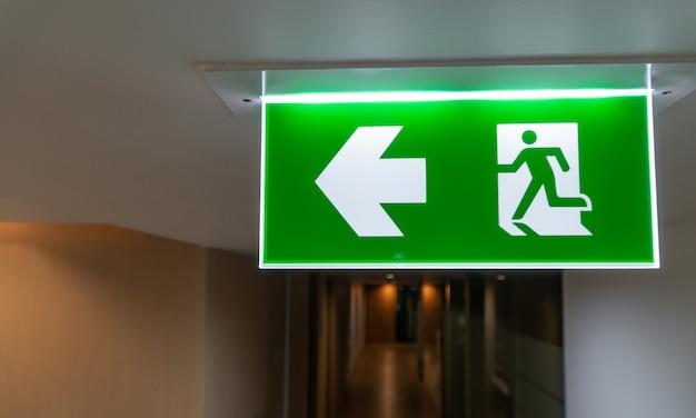 L'uscita di sicurezza verde firma dentro e ufficio Foto Premium