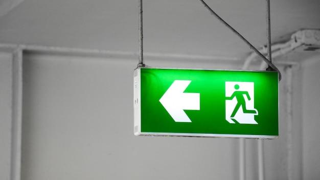 L'uscita di sicurezza verde firma dentro la costruzione Foto Premium