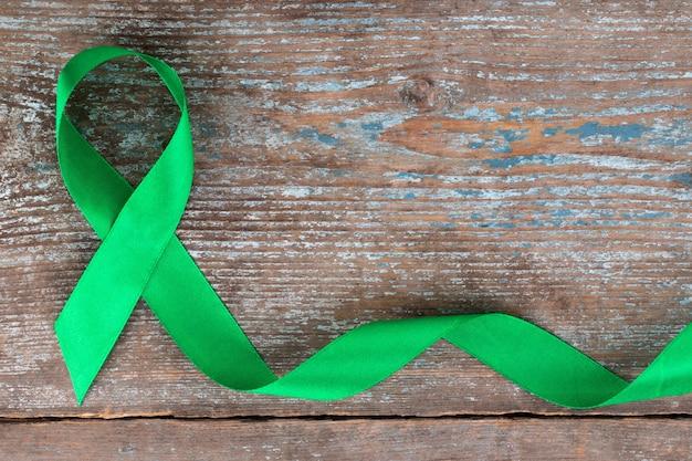 Nastro verde. scoliosi, salute mentale e altro, simbolo di consapevolezza Foto Premium