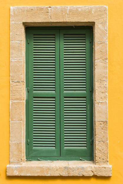 Verde le persiane della finestra Foto Premium