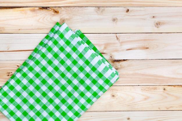 Tovaglia verde sulla tavola di legno, vista dall'alto Foto Premium