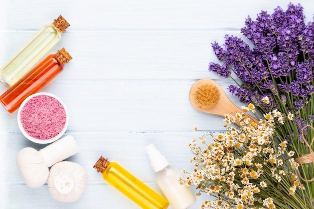 Prodotti per la toelettatura e bouquet di lavanda fresca sul fondo della tavola in legno bianco. Foto Premium