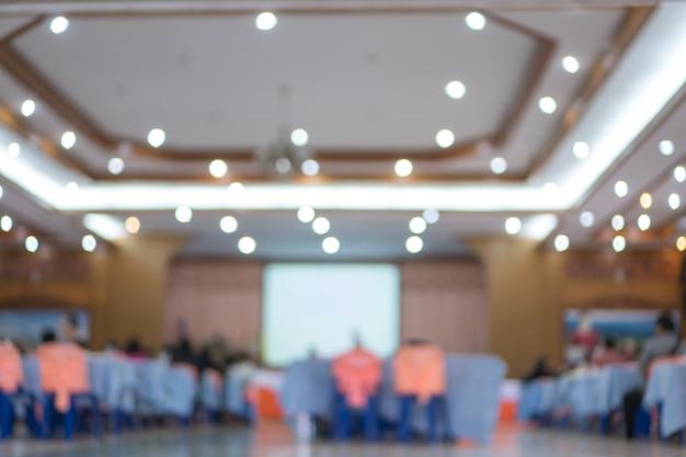 Behind groub pubblico ascolto discorso altoparlante nella sala conferenze o sala seminari con persone di sfocatura leggera Foto Premium