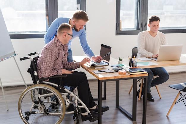 Gruppo di uomini adulti che lavorano insieme in ufficio Foto Premium