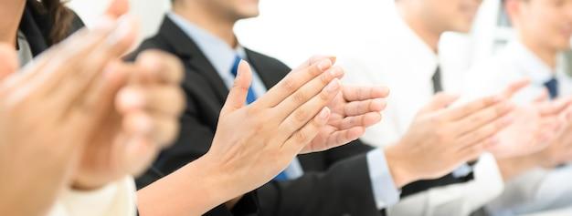 Gruppo di uomini d'affari che battono le mani alla riunione Foto Premium