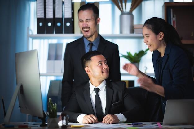 Gruppo di gente di affari diverso concetto di riunione di lampo di genio, funzionante nel concetto dell'ufficio Foto Premium