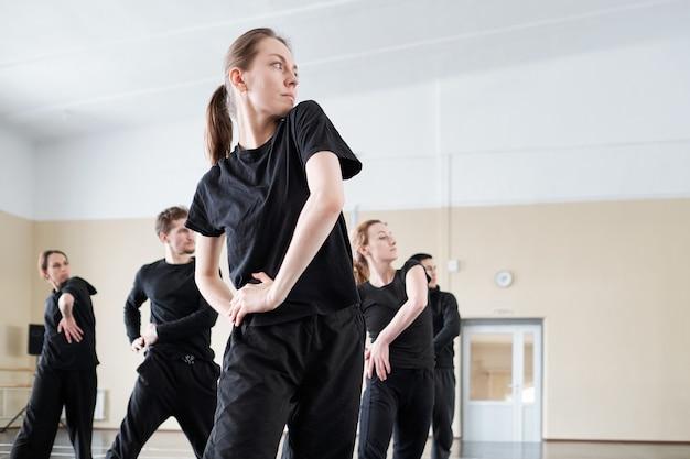 Gruppo di ballerini che lavorano in studio Foto Premium