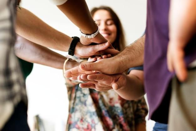 Il gruppo di diverse persone ha unito le mani il lavoro di squadra insieme Foto Premium