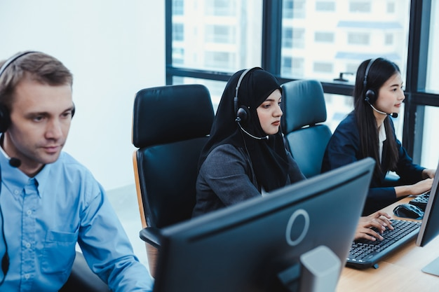 Gruppo di diversi team di personale del servizio clienti di telemarketing nel call center. Foto Premium