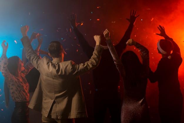 Gruppo di amici che ballano in un club Foto Premium