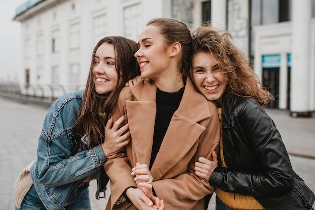 Gruppo di amici che propongono insieme all'aperto Foto Premium