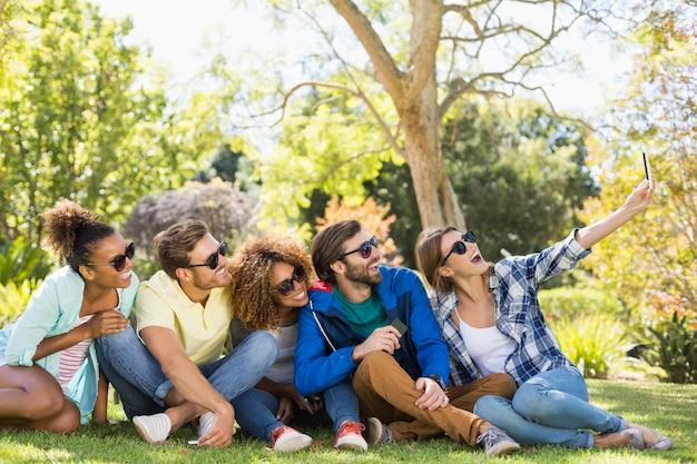 Gruppo di amici che prendono un selfie con il telefono cellulare Foto Premium