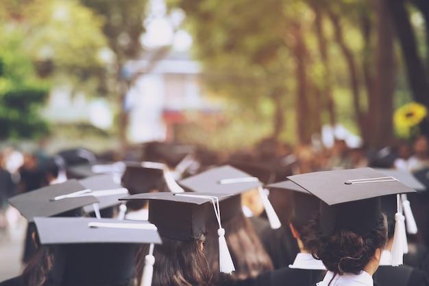 Gruppo di laureati durante l'inizio. congratulazioni per l'educazione del concetto all'università. cerimonia di laurea, si sono congratulati con i laureati all'università durante l'inizio. Foto Premium