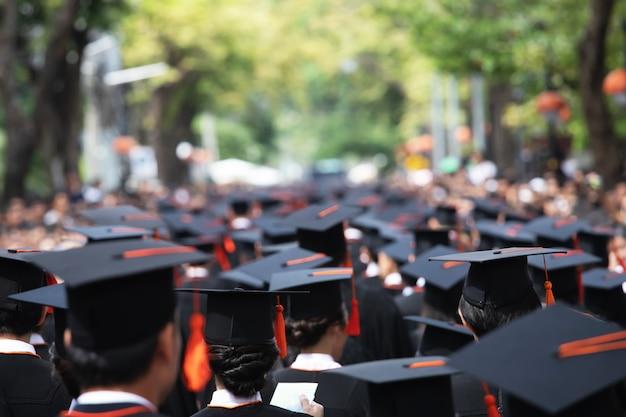 Gruppo di laureati durante l'inizio. congratulazioni per l'educazione concettuale all'università. Foto Premium