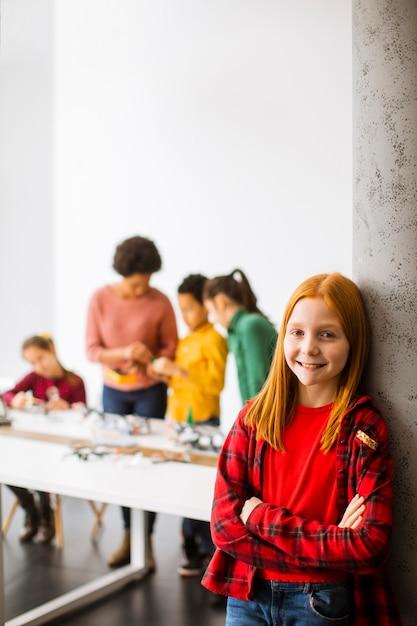 Gruppo di bambini felici con il loro insegnante di scienze femminile afroamericano Foto Premium