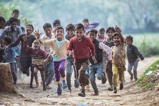 Gruppo di bambini indiani in esecuzione Foto Premium