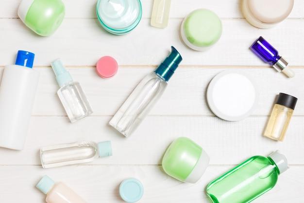 Gruppo di bottiglia di plastica per la cura del corpo composizione piatta con prodotti cosmetici Foto Premium