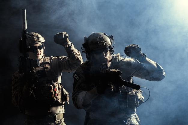 Gruppo di forze di sicurezza in uniformi da combattimento con fucili Foto Premium