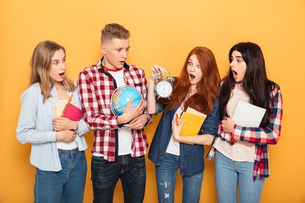 Gruppo di compagni di scuola scioccati Foto Premium