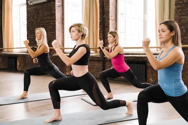 Gruppo di donne forti che si allenano insieme Foto Premium