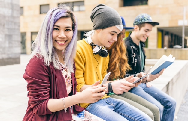Gruppo di studenti che studiano insieme in un'area urbana Foto Premium