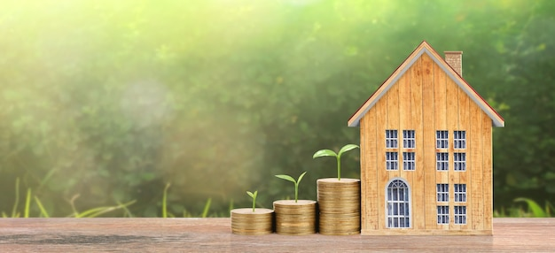 Casa crescente delle monete sulle monete della pila. concetto di proprietà di investimento e conce di investimento finanziario Foto Premium
