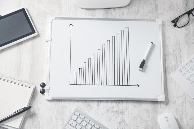 Grafico di crescita nella scrivania in ufficio. concetto di sviluppo aziendale Foto Premium