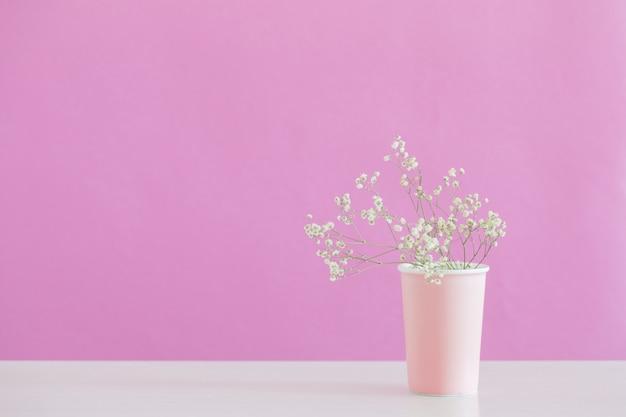 Gypsophila fiori in vaso su sfondo rosa Foto Premium