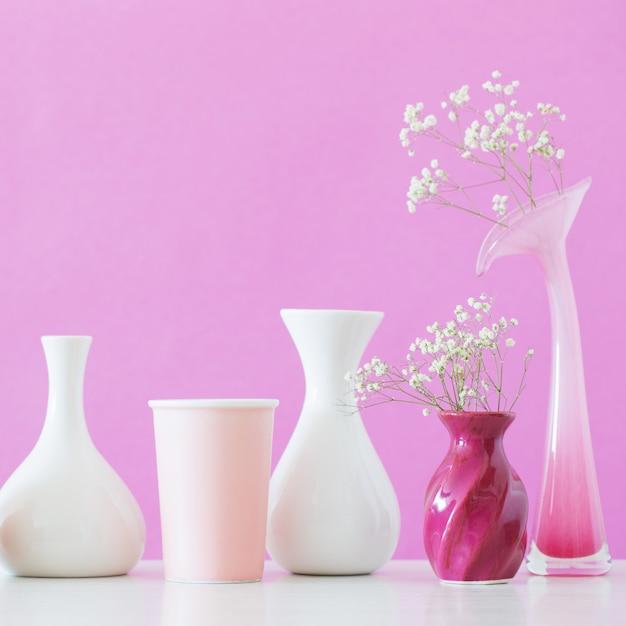 Fiori di gypsophila in vasi su sfondo rosa Foto Premium