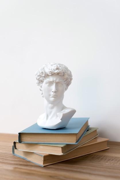 Statua in gesso della testa di david su uno scaffale Foto Premium