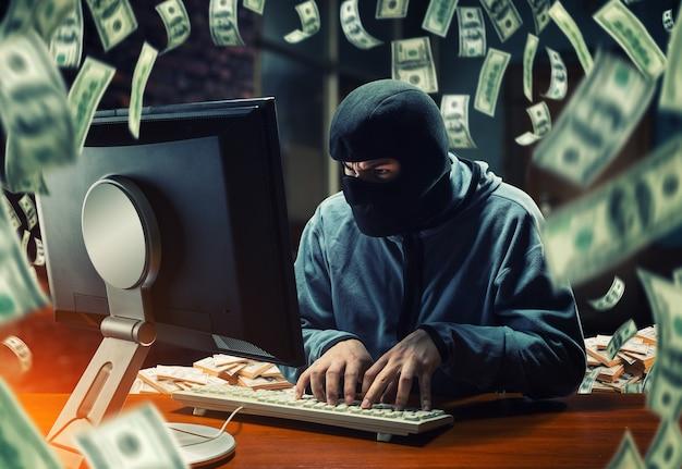 Hacker in ufficio Foto Premium