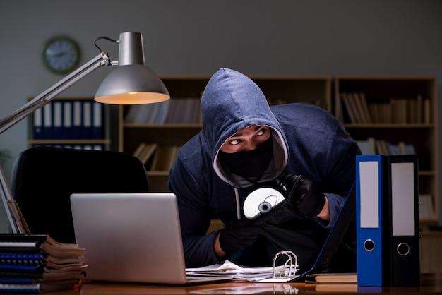 Pirata informatico che ruba i dati personali dal computer di casa Foto Premium