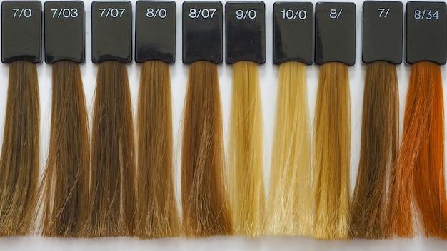 Colorazione dei capelli. palette dei colori. colore delle tinture per capelli. selezione di una tonalità di tintura per capelli. Foto Premium