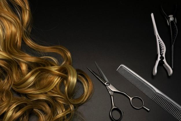 Parrucchiere impostato su uno sfondo scuro Foto Premium