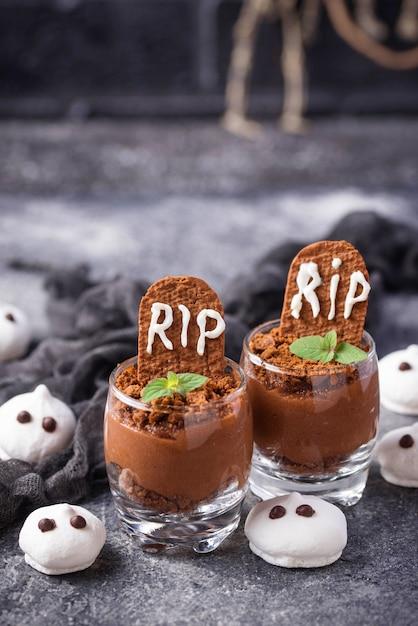 Dessert di halloween a forma di tomba. messa a fuoco selettiva Foto Premium