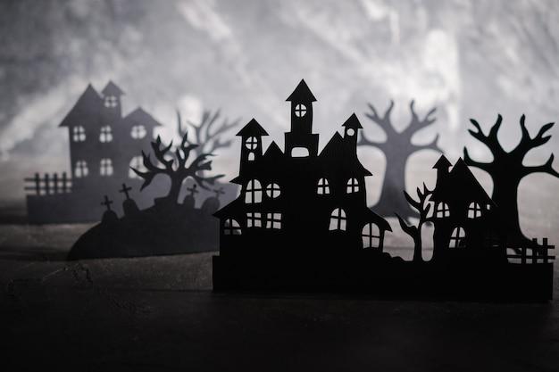 Priorità bassa di notte di halloween. arte della carta. villaggio abbandonato in una foresta nebbiosa scura Foto Premium