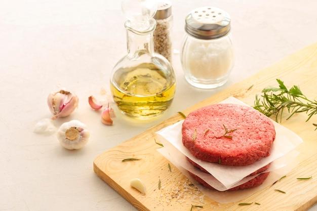 Hamburger di carne e condimenti Foto Premium
