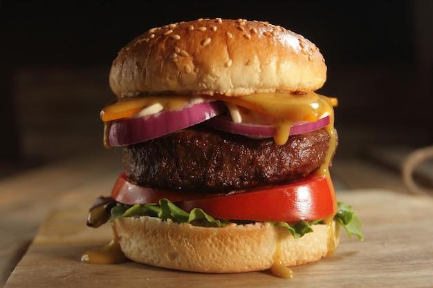 Hamburger su tavola di legno Foto Premium