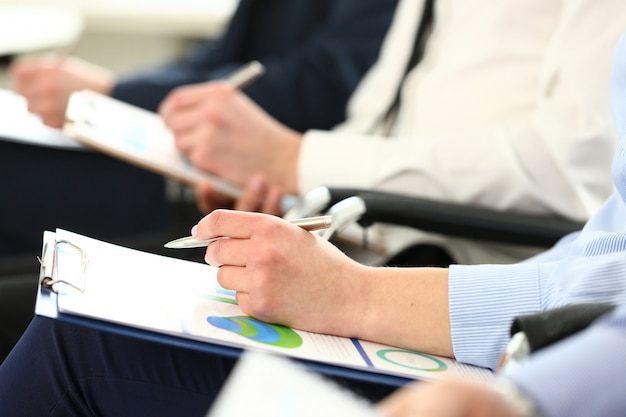 Passi il cuscinetto d'argento della penna e della lavagna per appunti con il documento di statistiche Foto Premium