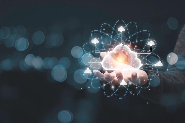 Mano che tiene l'elemento nuvola virtuale. il sistema di tecnologia cloud è la gestione della condivisione dei computer per caricare, scaricare, trasferire informazioni elettroniche e applicazioni. Foto Premium