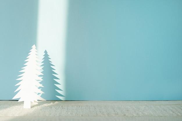 Albero di natale fatto a mano ritagliato da carta su blu con ombra Foto Premium