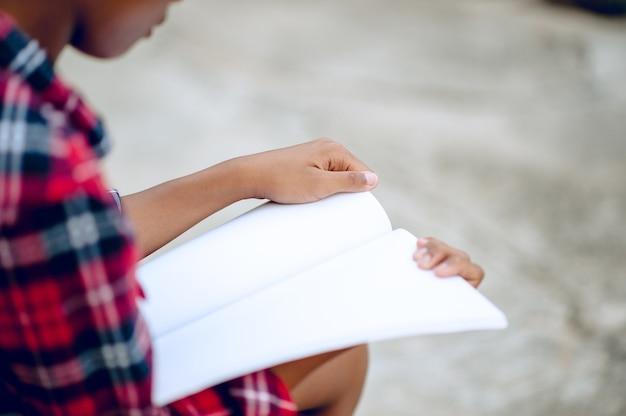 Mani e libri lettura studio per conoscenza i bambini sono difficili da leggere. idee educative Foto Premium