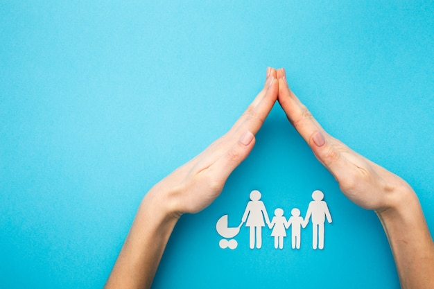 Mani che coprono la figura di famiglia con lo spazio della copia Foto Premium
