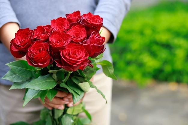 Mani che tengono un mazzo di fiori Foto Premium